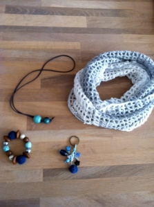 Bracelet, key chain, necklace and a springscarf!